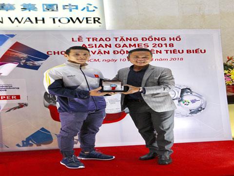 Thạch Kim Tuấn cũng được nhận một phần quà giá trị khắc lô gô ASIAD 2018 từ Tissot. Ảnh: QN