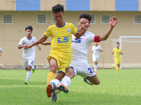 SLNA xếp nhất bảng A sau chiến thắng 5-0 trước An Giang (trắng) chiều 16-8. Ảnh: Anh Duy