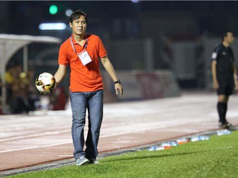 HLV Minh Phương chỉ biết chê trách các học trò sau trận thua chủ nhà tồi 28/9. Ảnh: Quang Liêm