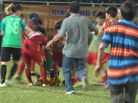 Một cầu thủ Than khoáng sản Việt Nam nhận đòn hội đồng sau hành động quá khích với cầu thủ chủ nhà. Ảnh: Clip