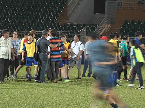 Sau sự cố ngày 17-12-2010, TKSVN và TP.HCM 1 tiếp tục cống hiến một trận đấu nảy lửa nữa cho bóng đá nước nhà cũng trên sân Thống Nhất vào tối 12-10-2018. Ảnh: Clip