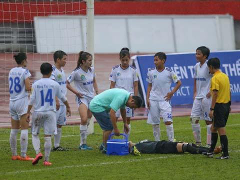 Va chạm mạnh khiến thủ môn Thu Trang phải nhập viện khẩn cấp. Ảnh: Anh Duy