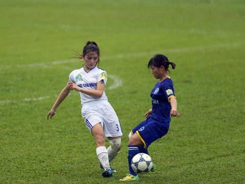 Thắng trận này giúp Than khoáng sản Việt Nam (xanh) giành ngôi nhì bảng với 17 điểm như đội đầu bảng Hà Nội. Ảnh: Anh Duy