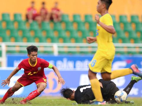 Viettel (đỏ) đánh bại Sanna Khánh Hòa 5 bàn không gỡ để xếp nhất bảng B với 3 chiến thắng tuyệt đối. Ảnh: Anh Duy