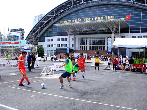 Giải đấu thu hút hàng ngàn CĐV và cầu thủ tham dự. Ảnh: BM