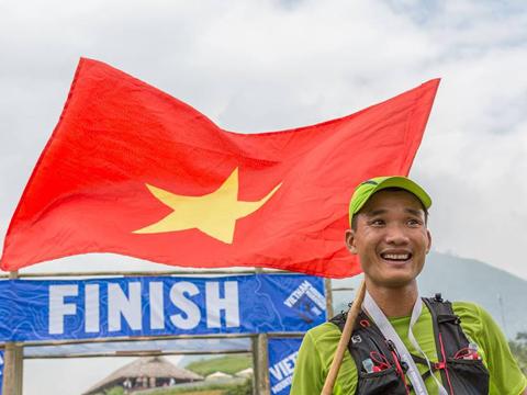 Duy Quang mang lá cờ Việt Nam ở UTMB. Ảnh: DQ