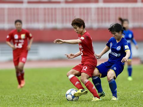 Hà Nội (đỏ) đòi lại vị trí đầu bảng từ tay Than khoáng sản Việt Nam. Ảnh: Anh Duy