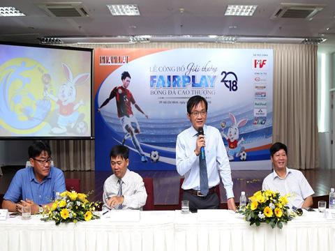 Phó Tổng Biên tập báo Pháp Luật TP.HCM Nguyễn Đức Hiển - Trưởng BTC giải Fair Play 2018 trả lời báo chí tại lễ công bố giải. Ảnh: HG