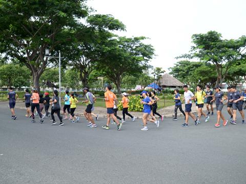 Chạy bộ đang là môn thể thao được nhiều người theo tập ở TP.HCM. Ảnh: LG