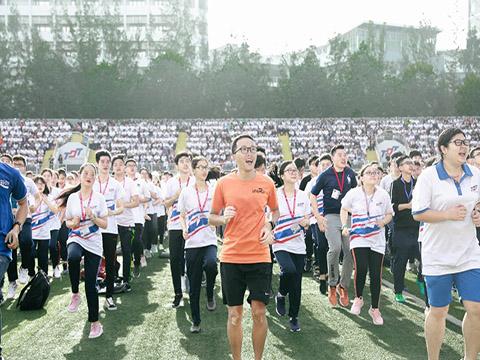 Ông Nguyễn Đức Khánh cùng hàng ngàn sinh viên Trường Đại học Tôn Đức Thắng TP.HCM chạy bộ gây quỹ cho trẻ sơ sinh Việt Nam. Ảnh: TT