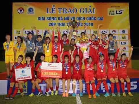 Phong Phú Hà Nam nhận chức vô địch kèm phần thưởng lớn. Ảnh: Quang Liêm