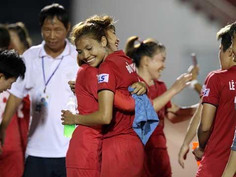 Đỗ Thị Nguyên và các đồng đội đã làm nên lịch sử cho bóng đá Hà Nam sau nhiều năm lỗi hẹn ở sân chơi cao nhất Việt Nam. Ảnh: Quang Liêm