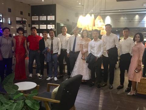 Quang Hải cùng BTC chuẩn bị đến lễ trao giải tối 22/12. Ảnh: Quốc Cường
