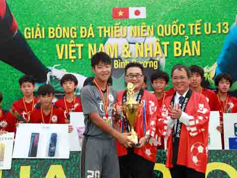 Đại sứ Nhật Bản trao Cúp cho đội vô địch. Ảnh: DP