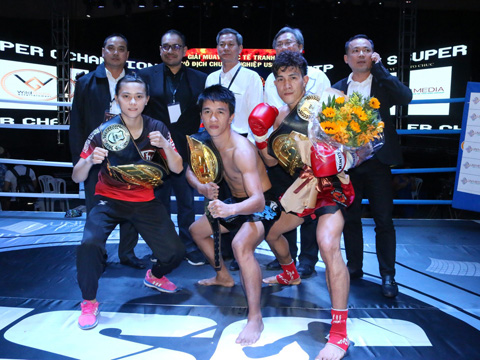 Ba nhà vô địch Việt Nam nhận đai sau chiến thắng. Ảnh: BM