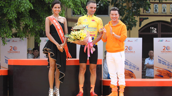 Nguyễn Thành Tâm mặc Áo xanh giải xe đạp HTV 2018