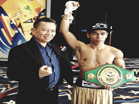 Chủ tịch Liên đoàn boxing Việt Nam Trần Minh Tiến và võ sĩ Trần Văn Thảo bên đai vô địch châu Á. Ảnh: VT