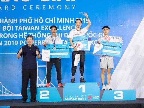 Các VĐV xuất sắc ở nội dung marathon của giải năm nay. Ảnh: Hoàng Phương