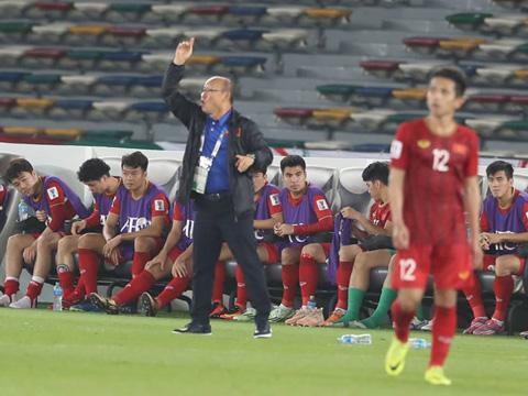 HLV Park Hang Seo đang gánh vác nhiều trọng trách của nền bóng đá. Ảnh: Hoàng Linh