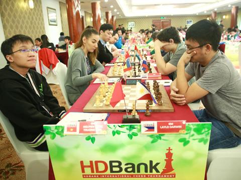 Nguyễn Ngọc Trường Sơn (trái) đang gặp khó trong việc bảo vệ chức vô địch giải đấu lớn trên sân nhà lần này. Ảnh: BM