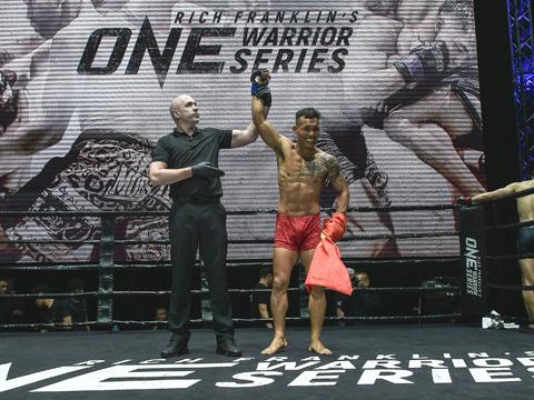 Niềm vui chiến thắng lịch sử của võ sĩ 29 tuổi gốc Đồng Nai. Ảnh: BM