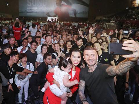 Beckham giao lưu CĐV tại TPHCM. Ảnh: Quang Liêm