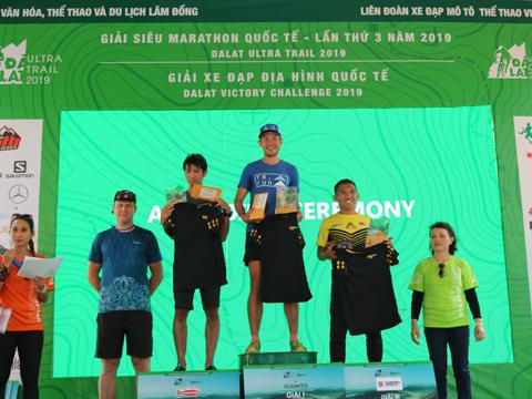 BTC trao thưởng cho các VĐV ở cự ly gian khổ nhất 70 km của nam. Ảnh: BM
