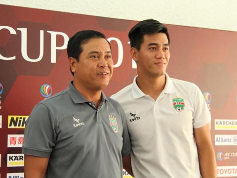 HLV Thanh Sơn và tiền đạo Tiến Linh trả lời họp báo trước trận đấu. Ảnh: HT