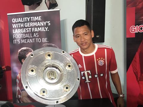 Anh Đức tranh thủ chụp ảnh với chiếc đĩa bạc Bundesliga danh tiếng trong buổi giao lưu cùng Elber. Ảnh: VH