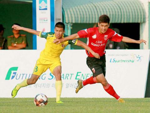 Long An (đỏ) là CLB duy nhất thắng trận sau 4 trận đầu giải hạng Nhất QG 2019. Ảnh: VPF