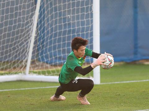 HLV Chu Đình Nghiêm khuyên Tiến Dũng nên duy trì phong độ qua tập luyện trước khi nghĩ đến cơ hội ra sân. Ảnh: Hoàng Linh