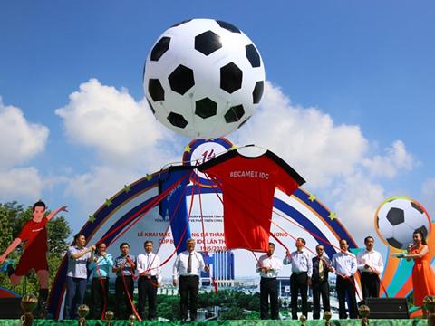 Giải bóng đá phong trào lớn nhất Việt Nam vừa được khai mạc ở Bình Dương sáng 19/5. Ảnh: ĐV