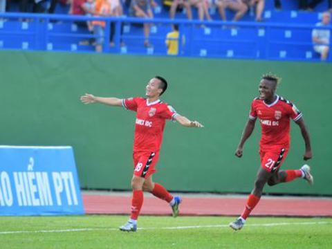 Mansaray (trái) ghi bàn duy nhất giúp B.Bình Dương đánh bại Sài Gòn 1-0 chiều tối 10-5. Ảnh: VPF