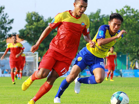 Lâm Thuận (đỏ) đang giúp Bình Phước thăng hoa ở giải hạng Nhất nhưng không được triệu tập lên U23 Việt Nam. Ảnh: VPF
