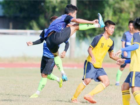 Cầu thủ Bến Tre tấn công cầu thủ Vĩnh Long. Ảnh: Dương Thu