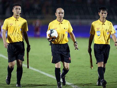 HLV Chung Hae Soung của chủ nhà không hài lòng về tổ trọng tài bắt sân Thống Nhất tối 11/5. Ảnh: VPF