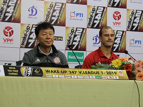 HLV Chung Hae Soung và tiền đạo Huỳnh Kesley trả lời họp báo trước trận gặp Thanh Hóa. Ảnh: HT