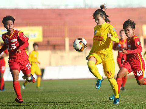 Các cô gái Phong Phú Hà Nam vẫn giữ vững ngôi đầu bảng với 10 điểm. Ảnh: TSB