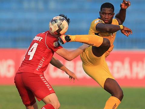 Tiền đạo Rimario sút bóng vào cột dọc dù đã vượt qua thủ thành TP.HCM. Ảnh: VPF