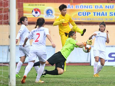 Hà Nam (vàng) tiếp tục lấy lại vị trí đầu bảng của TP.HCM bằng trận đấu sớm vòng 2. Ảnh: TSB