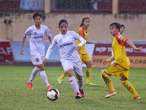 TNG Thái Nguyên (trắng) tạm vượt mặt Hà Nội để có vị trí thứ 4. Ảnh: TSB