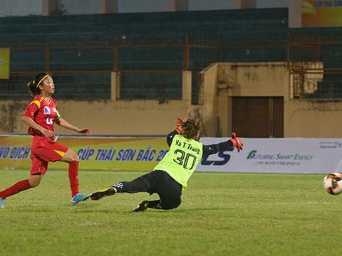 Huỳnh Như ghi đến 4 bàn thắng vào lưới Sơn La tối 21/6. Ảnh: TSB