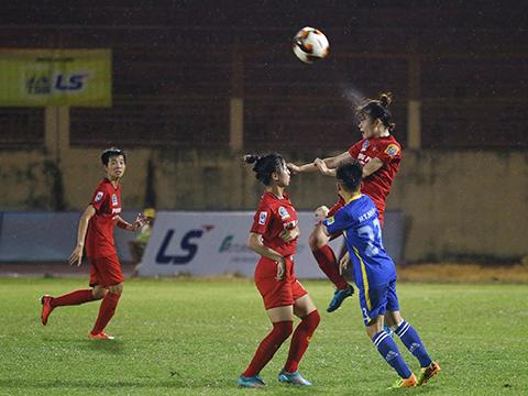 ĐKVĐ Phong Phú Hà Nam (đỏ) vất vả cầm hoà Than khoáng sản Việt Nam. Ảnh: TSB