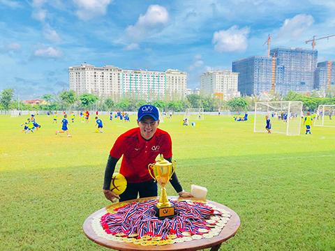 Sự có mặt của Công Vinh ở giải đấu diễn ra tại Bà Rịa - Vũng Tàu giúp cầu thủ nhí thêm động lực. Ảnh: CV