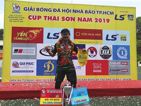 Niềm vui của phóng viên Nguyễn Quang - Báo Dân trí với giải Thủ môn hay nhất giải