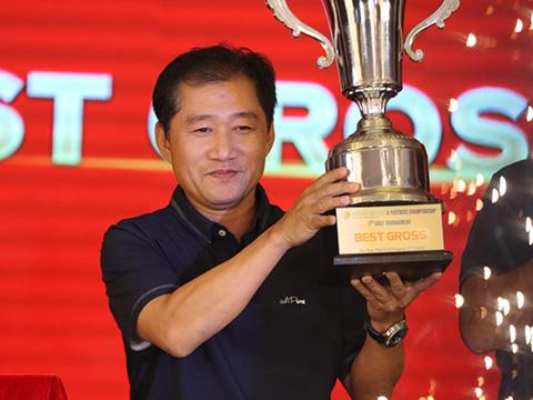 Golfer Hùng Phạm nhận giải Best Gross. Ảnh: NH