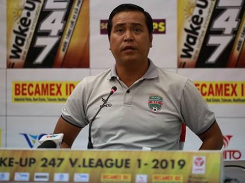 HLV Nguyễn Thanh Sơn thừa nhận sai lầm đội nhà và Hà Nội xứng đáng thắng. Ảnh: VPF