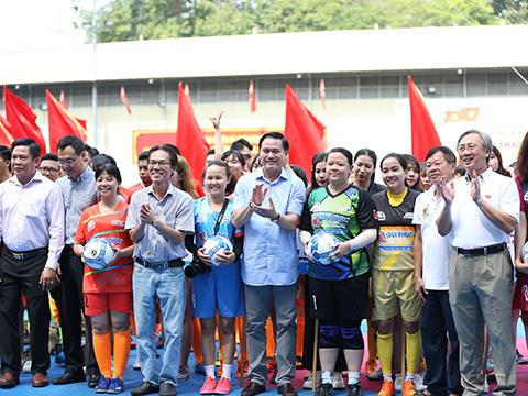 Chủ tịch VPF Trần Anh Tú cùng lãnh đạo ngành thể thao thành phố đến khai mạc giải đấu sáng 6/7. Ảnh: DD