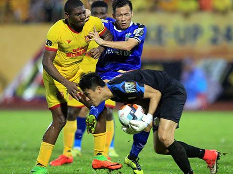 Thủ môn Xuân Việt đã xuất sắc đẩy thành công quả 11m giúp DNH Nam Định thoát thua ở Gò Đậu. Ảnh: VPF