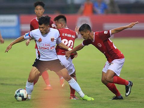 Cựu tuyển thủ U23 Việt Nam Huỳnh Tấn Tài lập cú đúp vào lưới Phố Hiến chiều 27-7. Ảnh: VPF